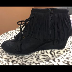 Size 10 black Maurices wedges with fringe!